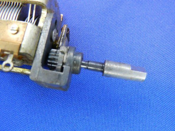 Figura 45 - Eixo da polia retirado, para mostrar o entalhe para a chaveta. Cuidado com este procedimento, pois poderá desposicionar as engrenagens.