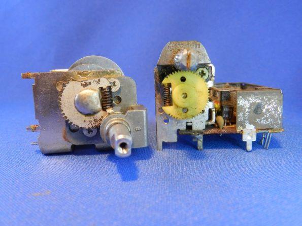 Figura 51 – Posição das polias em capacitores variáveis com engrenagem de redução, abertos. Eixos totalmente no sentido anti-horário.