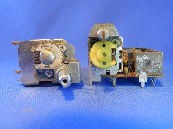 Figura 52 – Posição das polias em capacitores variáveis com engrenagem de redução, fechados. Eixos totalmente no sentido horário.