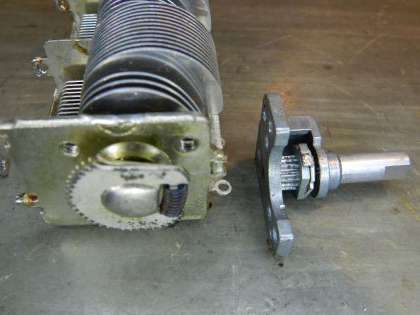 Figura 54 – Capacitor variável aberto e respectiva posição do eixo redutor.