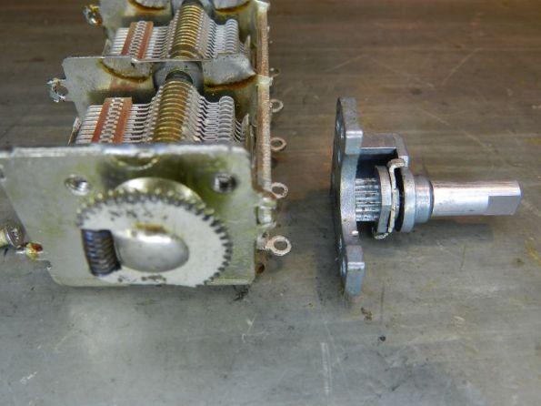 Figura 55 – Capacitor variável fechado e respectiva posição do eixo redutor.