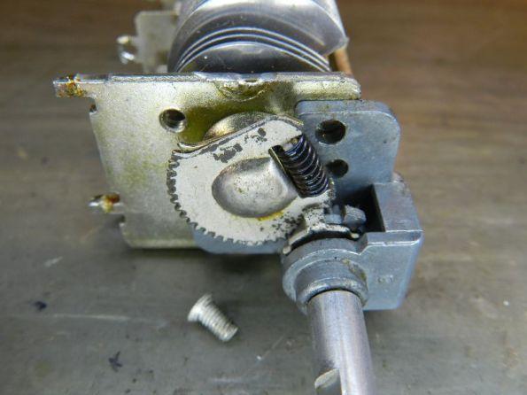 Figura 56 – Remontagem do eixo redutor, primeiro parafuso já colocado e eixo girado para permitir a colocação do segundo parafuso.