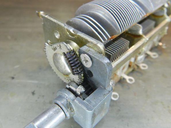 Figura 58 – Detalhe do eixo redutor remontado, o capacitor variável não está totalmente aberto.