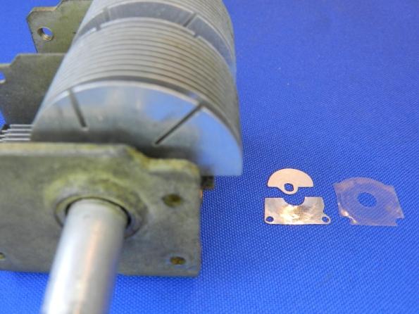 Figura 6 - Detalhe do formato das placas em dois capacitores variáveis, o da esquerda é de rádio AM à válvulas. As armaduras e a folha plástica (dielétrico) à direita são de capacitor variável miniatura.