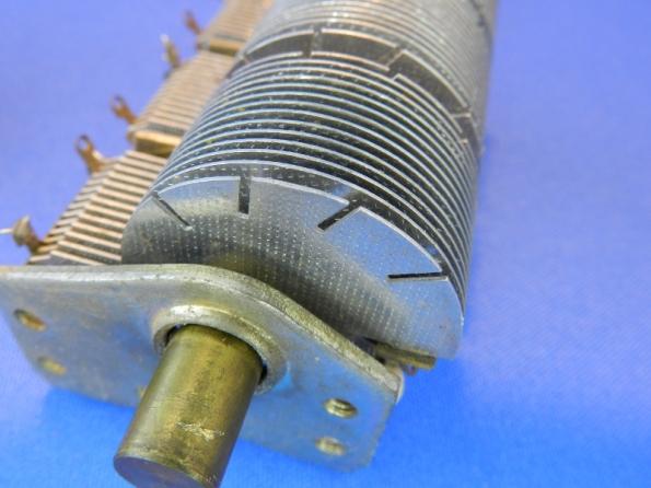 Figura 7 - Detalhe das fendas de ajuste das lâminas de uma seção. Pode-se notar que elas estão mais afastadas das outas placas.