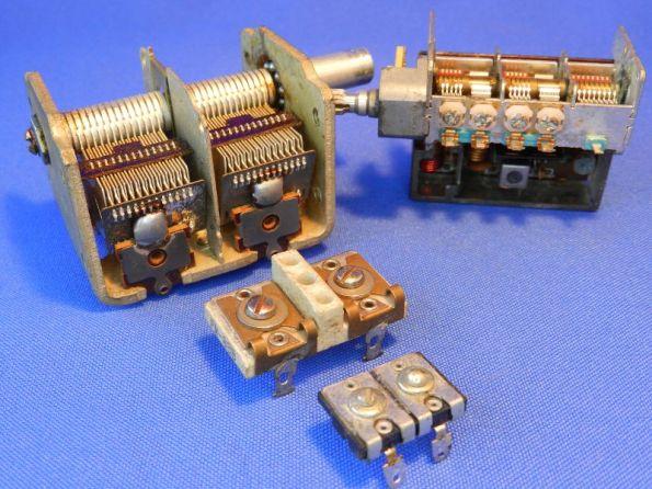 Figura 8 – Capacitor variável sem ajuste de capacitância, à esquerda e modelo com trimmers acoplados. Ao centro, trimmers duplos, que eram utilizados externamente.