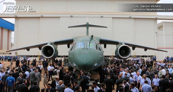 Figura 3 – Apresentação do KC-390, onde é possível comprovar o tamanho da aeronave. Fonte: Portal Defesa [1].