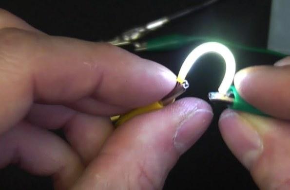 Figura 10 – Demonstração da flexibilidade de um filamento LED com espaguete. Fonte: Electricstuff [24].