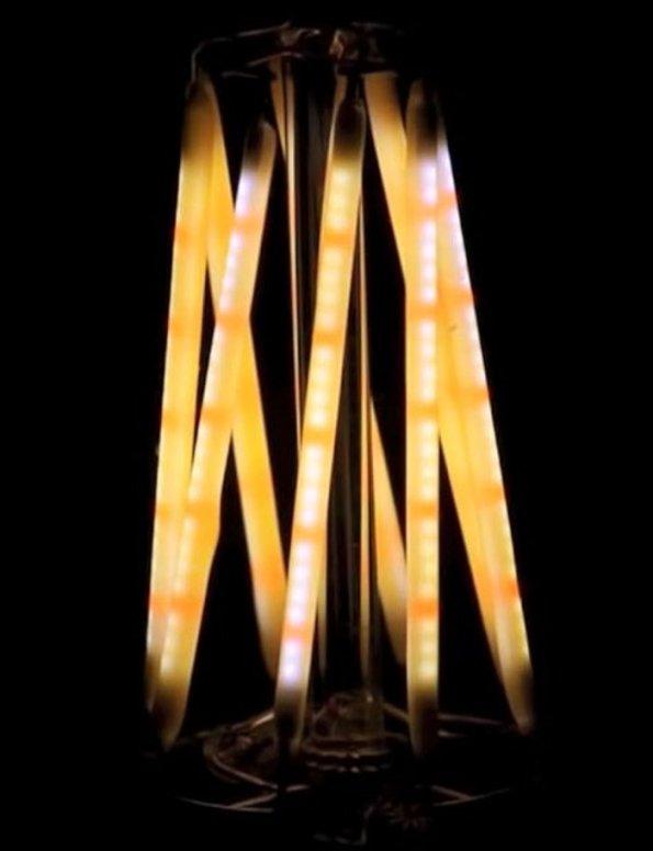 Figura 13 – Lâmpada de filamentos LED melhorada, onde aparecem LEDs vermelhos intercalados com os azuis. Os LEDs vermelhos são as áreas mais escuras e em menor quantidade. Comparar com a imagem anterior. Fonte: Chilicon Valley [27].