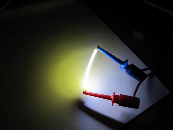 Figura 38 – Filamento LED com fuga de luz azul por problemas construtivos. Fonte: Pavlův blog [23].