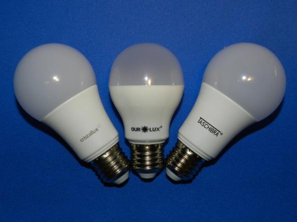 Figura 50 – 3 modelos de lâmpadas LED com aparência de bulbo incandescente, respectivamente das marcas Cristalux, Ourolux e Tashibra. Todas emitem luz equivalente à incandescente de 60W.