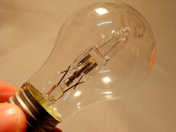 Figura 111 – Lâmpada incandescente halógena Osram para uso residencial, de 70W, equivalente a uma incandescente normal de 100W.