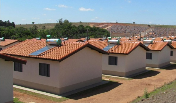 Figura 116 – Aquecimento solar instalado em casas populares, do programa Minha Casa, Minha Vida. Fonte: Abrap [352].