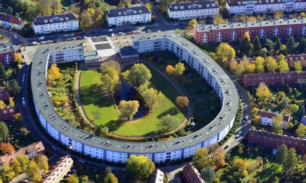 Figura 124 - Edifício central do conjunto habitacional popular Hufeisensiedlung (Casa da Ferradura), em Berlim, projetado por Bruno Taut e colaboradores, na década de 1920. Fonte: The Guardian Witness [401].
