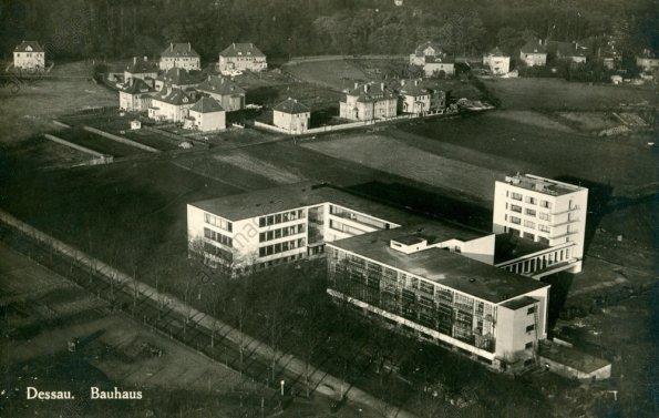 Figura 127 – Vista aérea das construções da Bauhaus em Dessau, Alemanha. Fonte: AKG-Images [405].