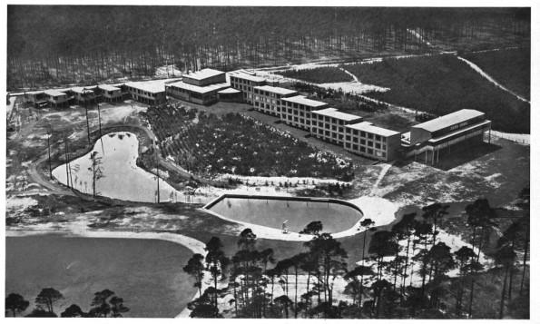 Figura 136 – Vista aérea da escola, pouco depois da construção. Fonte: The City as a Project [415].