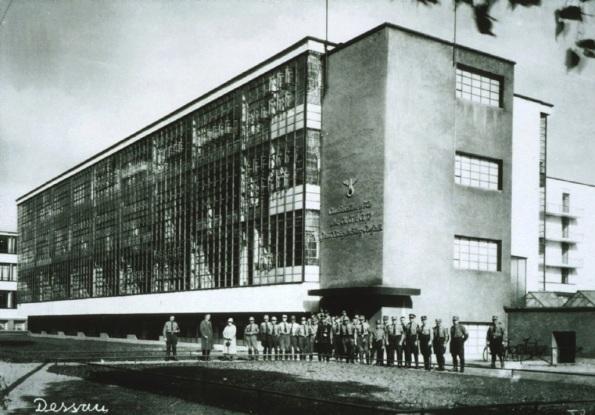 Figura 140 – Prédios da Bauhaus-Dessau durante o domínio nazista, atentar para o nome Bauhaus, suprimido da fachada. Fonte: Nadinechicken [422].