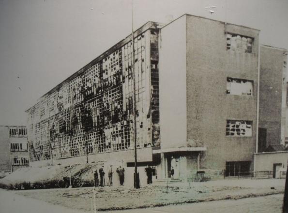 Figura 141 – Prédios chamuscados da Bauhaus-Dessau, vítimas da 2a Guerra Mundial. Fonte: The Charnel-House [423].