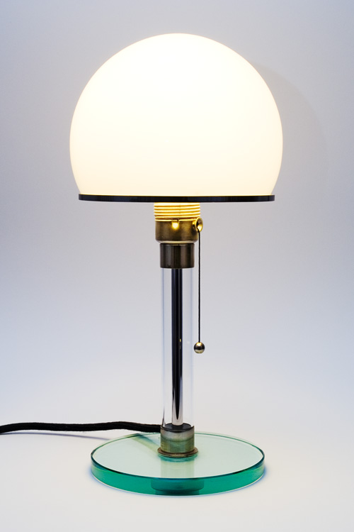 Figura 144 - Abajur Wagenfeld WG24, versão com base de vidro. Fonte: Bauhaus Shop [430].
