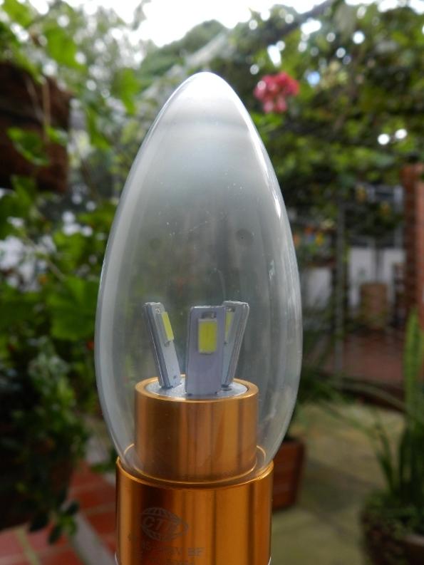 Figura 60 – Superfície interna de lâmpada LED sem atmosfera modificada, o bulbo está turvo após dois anos de uso.