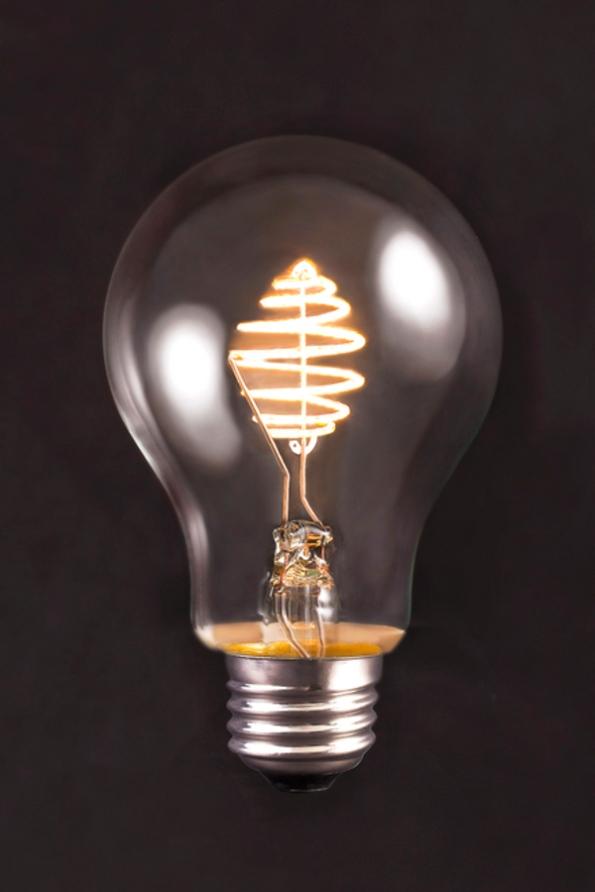 Figura 71 – Lâmpada de filamento LED SIMBULB ligada: Fonte: SIMLighting [199].