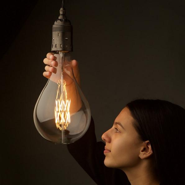 Figura 76 – Enorme lâmpada de filamentos LED (tamanho A165), potência de 9W (ou 16W). Fonte: Edison Light Globes [209].