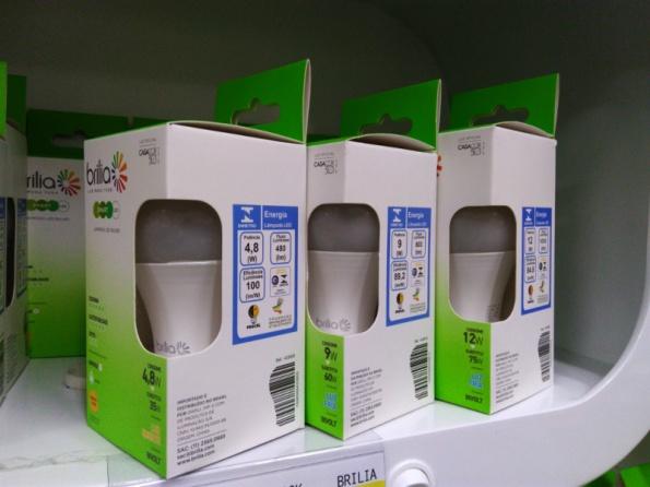 Figura 1 – Lâmpadas LED Brilia, com selos ENCE (Etiqueta Nacional de Conservação de Energia) de certificação LED INMETRO/PROCEL, já à venda em supermercado.