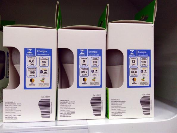 Figura 3 – Lâmpadas LED certificadas da Brilia, à venda em gôndola de supermercado.