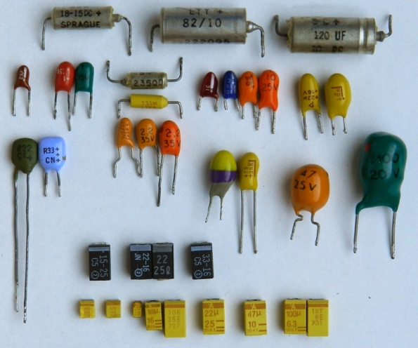 Figura 34 – Capacitores eletrolíticos de tântalo, de diversos tipos.