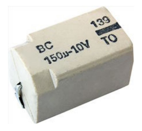 Figura 35 – Capacitor eletrolítico de alumínio Vishay 139 CLL, em formato de chip, para montagem SMD. Fonte: Vishay [12].