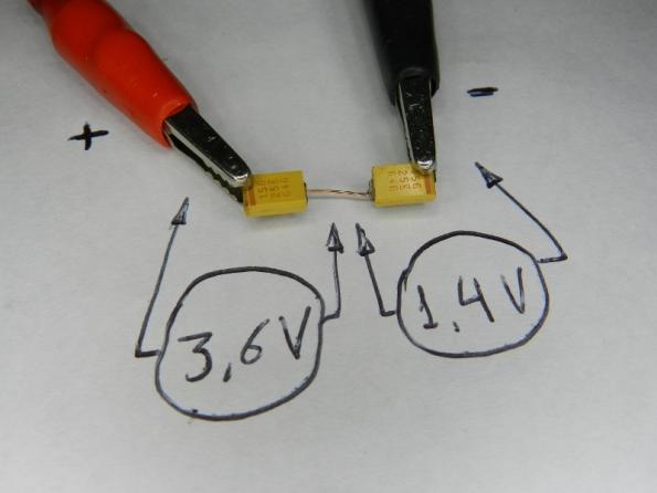 Figura 36 - Demonstração do teste de polaridade em dois capacitores de tântalo SMD. A tensão de teste foi de 5V, menos da metade da tensão máxima de trabalho.