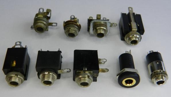 Figura 12 – Tomadas de 3,5mm para painéis. Observar os furos nos terminais, que servem para ancorar os fios a soldar.
