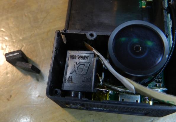 Figura 20 – Tomada montada, com dois pedaços de borracha ao lado da câmera, para montar o calço. Eles foram unidos com cola para formar uma peça única.
