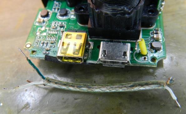 Figura 22 – Cabo blindado, utilizado antigamente em braços de toca-discos. Na placa, aparece um fio rígido, com capa amarela, que servirá de suporte para o microfone original.