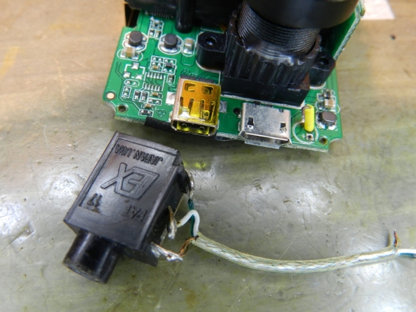 Figura 24 – Conexão do cabo blindado à tomada do microfone externo.