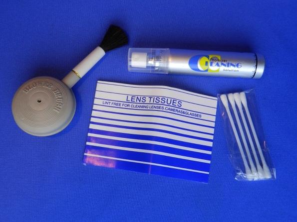 Figura 28 – Componentes de um kit de limpeza de lentes de máquinas fotográficas, vendido no comércio.