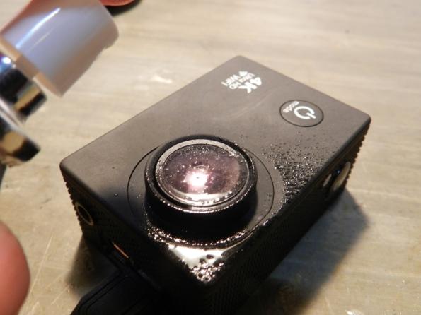 Figura 29 – Borrifando líquido de limpeza sobre a lente.