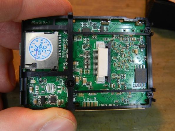 Figura 4 – Vista inferior da placa da câmera, este quadro deve ser removido para ter acesso à cápsula do microfone, cuide a posição dos 3 parafusos.