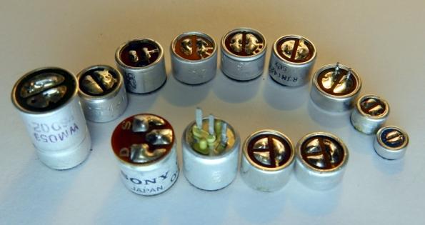 Figura 44 – Cápsulas de microfones de eletreto, de diversas épocas e fabricantes. O modelo mais pequeno, da direita, tem diâmetro de 6,5mm e ainda é maior do que a cápsula da câmera de ação.