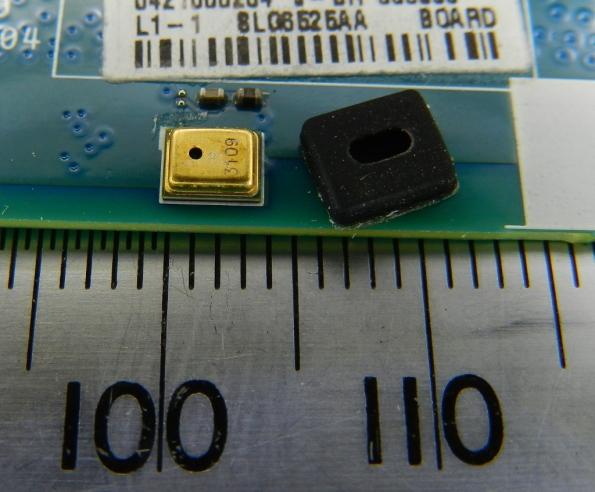 Figura 51 – Microfone MEMS, de telefone celular, com a capa de proteção ao lado. Mede 3,8 x 3mm. É a nanotecnologia dando as caras.