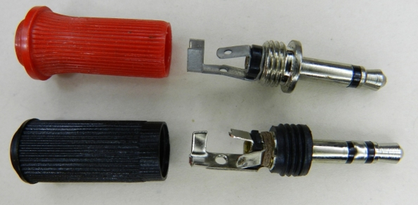Figura 7 – Plugues de 3,5mm (P2), mono (acima) e estéreo.