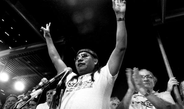 Figura 8 – Mário Juruna, durante o comício pelas eleições diretas (Diretas Já), em abril de 1984, na Cinelândia, Rio. Fonte: FLB-AP [5].
