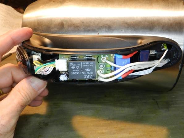 Figura 10 – Placa montada na chaleira, com os novos capacitores. O capacitor com fios azuis foi isolado com espaguete termorretrátil, de cor vermelha.