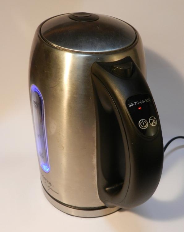 Figura 14 – Chaleira eletrônica consertada, é possível observar que o LED ilumina o visor do nível de água (cor azul, 70°C).