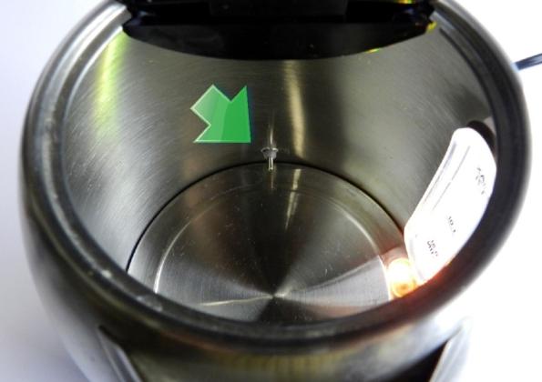 Figura 3 – Vista interna da chaleira, a seta destaca o sensor térmico.