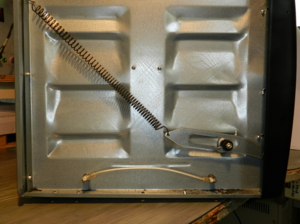 Figura 3 – Vista lateral do forno, após a remoção da tampa, com o mecanismo de recolhimento da porta.