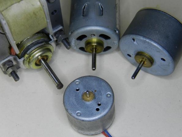 Figura 35 – Motores elétricos pequenos, observe as buchas sinterizadas em todos eles, junto aos eixos.