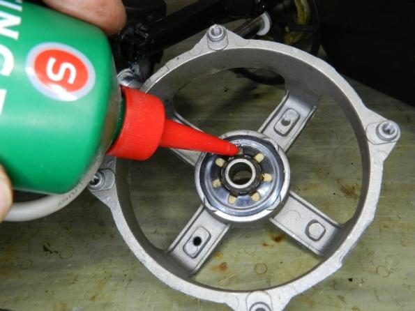 Figura 41 – Bucha presa por mola de aço, prensada definitivamente à carcaça do motor. Nota-se ao redor da bucha, o feltro que recebe óleo lubrificante.