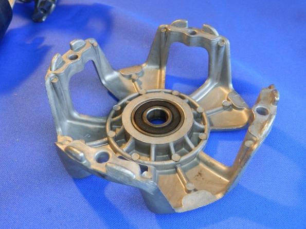 Figura 47 – Rolamento embutido em carcaça de motor de portão de garagem, de porte médio. O rolamento tem vedação plástica.
