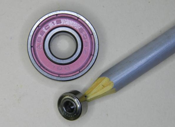Figura 48 – Rolamento de skate (o maior) e rolamento de videocassete.